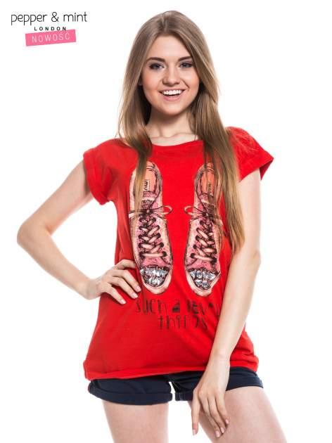 Czerwony t-shirt z nadrukiem sneakersów