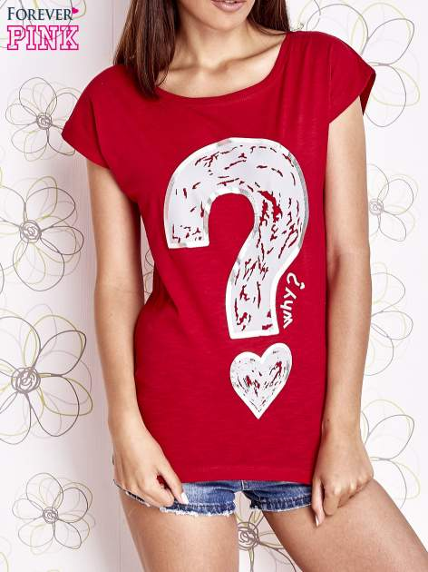 Czerwony t-shirt z nadrukiem znaku zapytania                                  zdj.                                  1