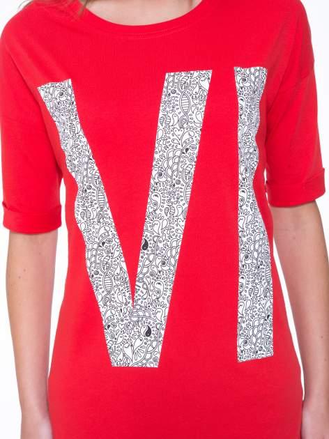 Czerwony t-shirt z nadukiem WIBE z przodu i na plecach                                  zdj.                                  7