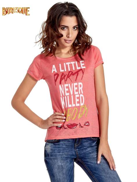 Czerwony t-shirt z napisem A LITTLE PARTY NEVER KILLED NOBODY                                  zdj.                                  1