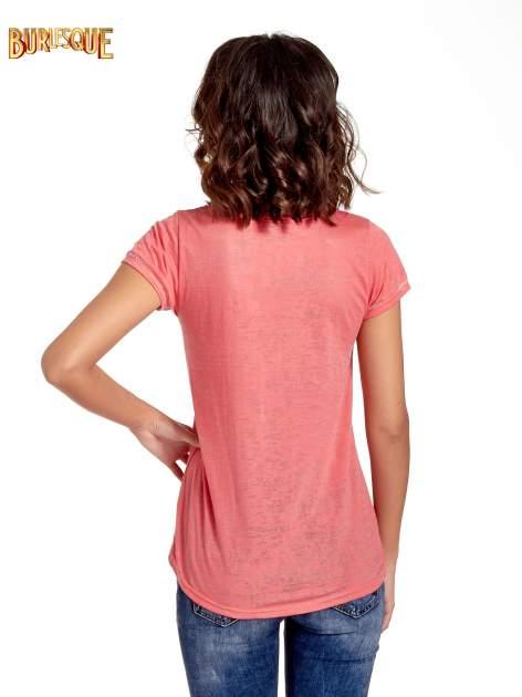 Czerwony t-shirt z napisem A LITTLE PARTY NEVER KILLED NOBODY                                  zdj.                                  4