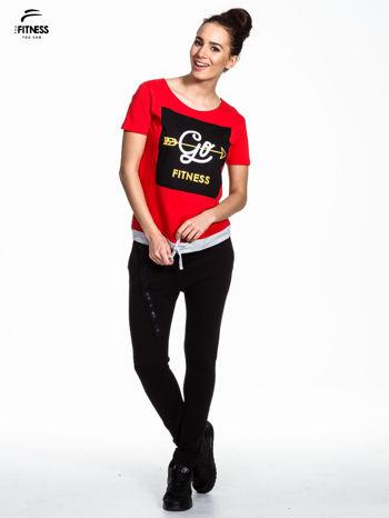 Czerwony t-shirt z napisem GO FITNESS                                  zdj.                                  2