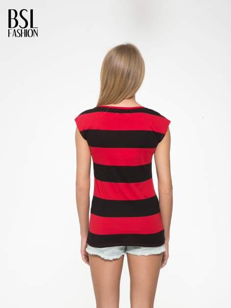Czerwony t-shirt z napisem HEY BOY CHOOSE ME zdobiony cekinami                                  zdj.                                  4