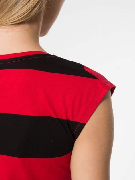 Czerwony t-shirt z napisem HEY BOY CHOOSE ME zdobiony cekinami                                  zdj.                                  6