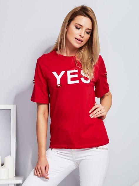 Czerwony t-shirt z napisem i kółeczkami na rękawach                              zdj.                              1