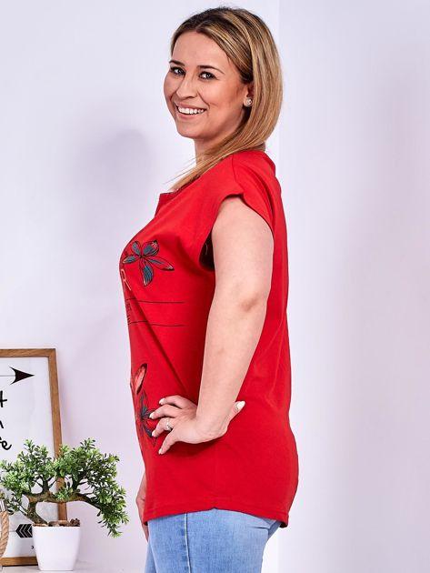 Czerwony t-shirt z napisem i motywem roślinnym PLUS SIZE                              zdj.                              3