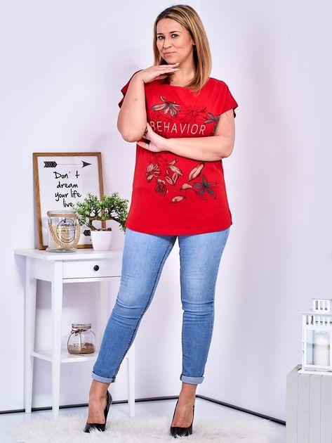 Czerwony t-shirt z napisem i motywem roślinnym PLUS SIZE                              zdj.                              4