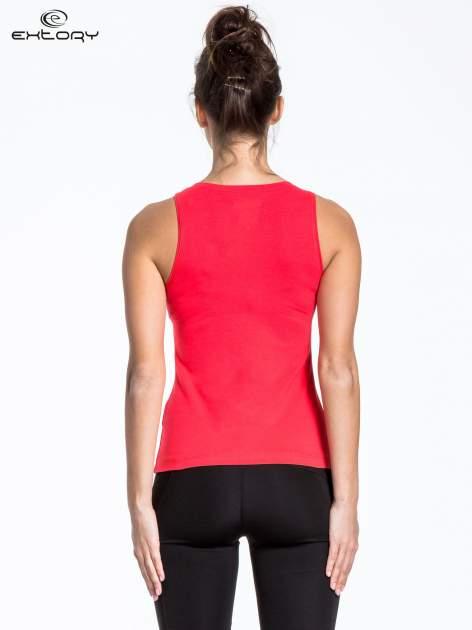 Czerwony t-shirt z poziomym nadrukiem na dekolcie                                  zdj.                                  4