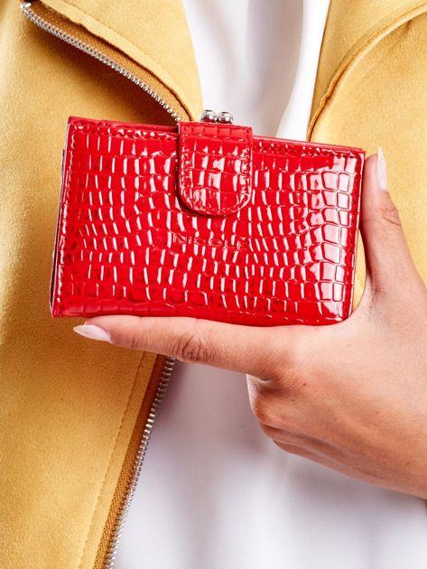 Czerwony tłoczony portfel z klapką