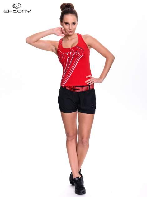 Czerwony top sportowy z logo EXTORY i efektem glitter                                  zdj.                                  2