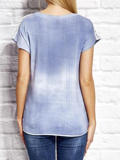 Denimowy t-shirt z koronkowymi wstawkami niebieski                              zdj.                              2