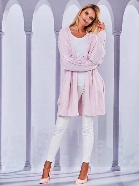 Długi sweter bez zapięcia z kieszeniami jasnoróżowy                                  zdj.                                  4