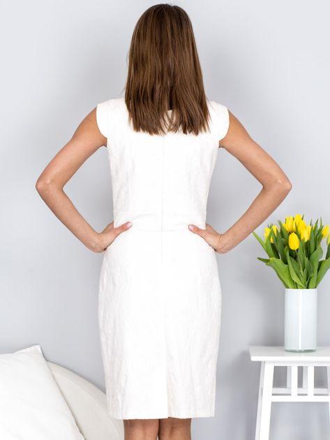 Dopasowana ecru sukienka z kwiatową fakturą                              zdj.                              2
