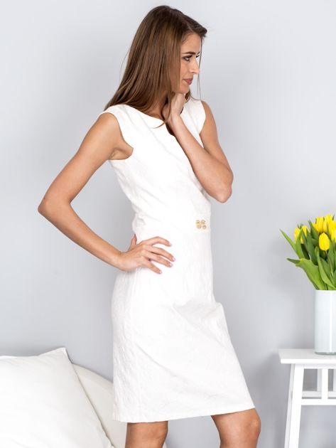 Dopasowana ecru sukienka z kwiatową fakturą                              zdj.                              5