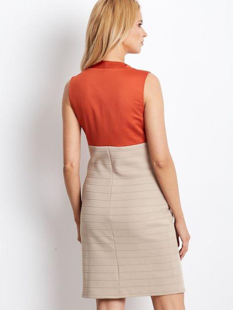 Dopasowana sukienka koktajlowa z dekoltem wodą pomarańczowo-beżowa                              zdj.                              2