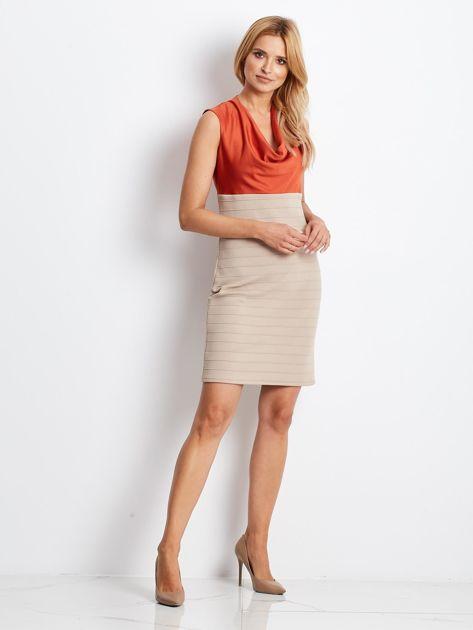 Dopasowana sukienka koktajlowa z dekoltem wodą pomarańczowo-beżowa                              zdj.                              5