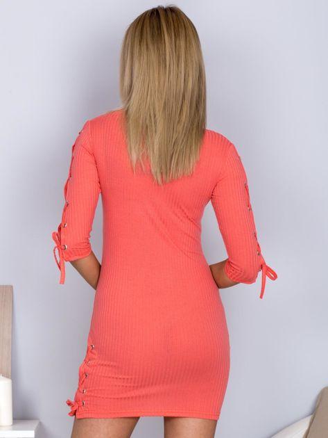 Dopasowana sukienka lace up w szeroki prążek koralowa                              zdj.                              2
