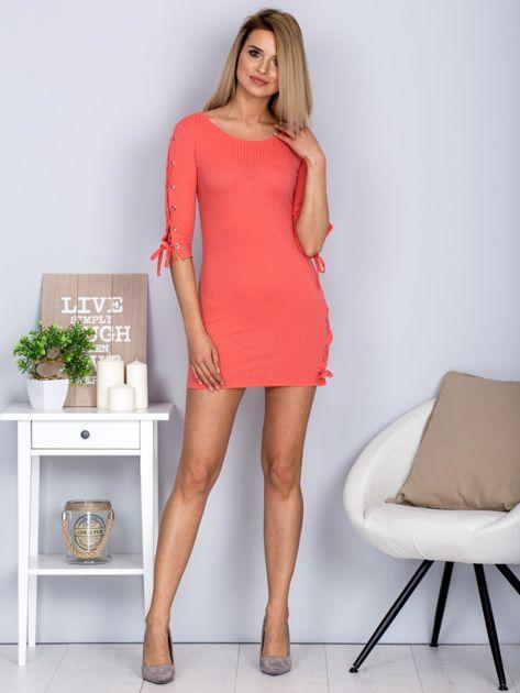 Dopasowana sukienka lace up w szeroki prążek koralowa                              zdj.                              4