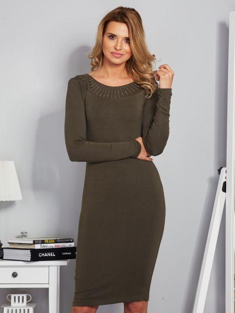 Dopasowana sukienka z dżetami przy dekolcie khaki                              zdj.                              1