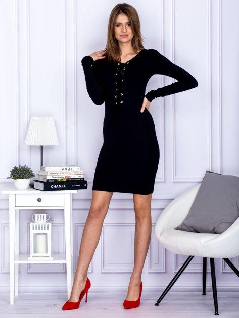 Dopasowana sukienka z wiązanym dekoltem czarna                                  zdj.                                  4