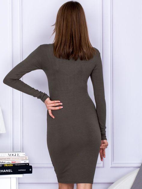 Dopasowana sukienka z wiązanym dekoltem khaki                                  zdj.                                  2