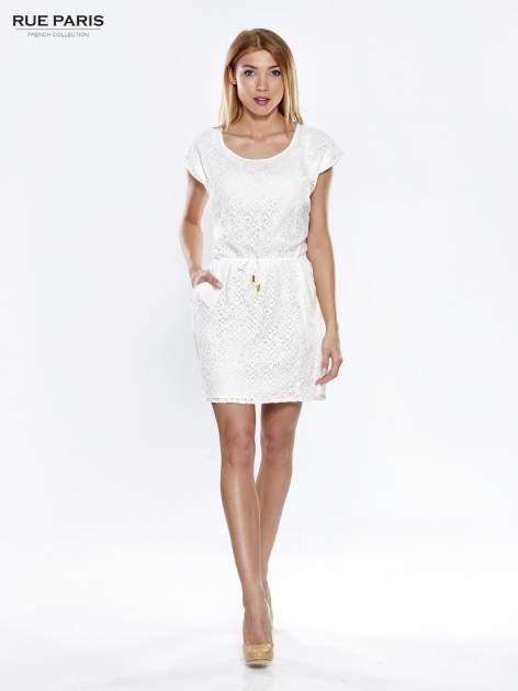 Ecru ażurowa sukienka z podkreśloną talią                                  zdj.                                  2