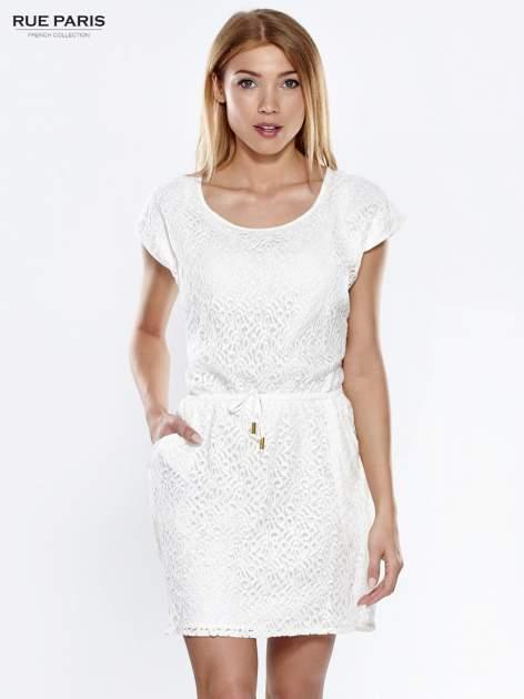 Ecru ażurowa sukienka z podkreśloną talią