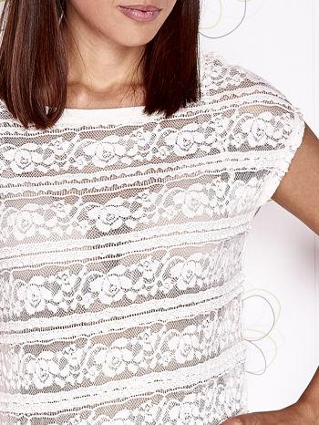 Ecru ażurowy t-shirt z koronką                                  zdj.                                  5