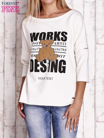 Ecru bluzka oversize z nadrukiem i surowym wykończeniem                                  zdj.                                  1