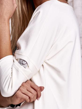 Ecru bluzka oversize z nadrukiem i surowym wykończeniem                                  zdj.                                  5