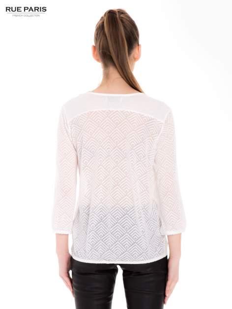 Ecru bluzka w geometryczny wzór z łezką z przodu                                  zdj.                                  3