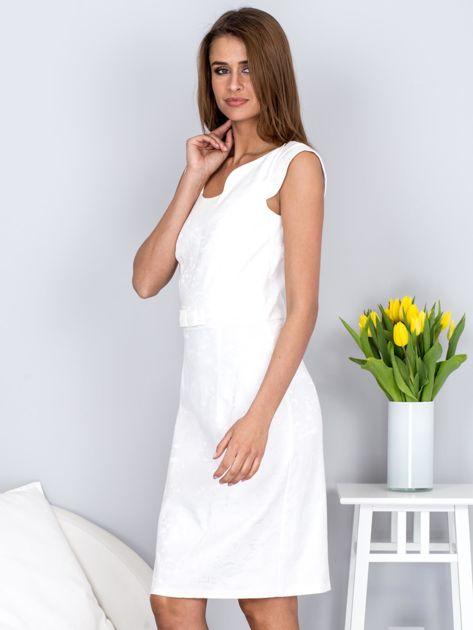 Ecru dopasowana sukienka z połyskującą kwiatową fakturą                              zdj.                              3