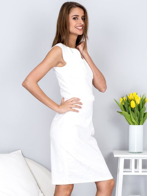 Ecru dopasowana sukienka z połyskującą kwiatową fakturą                              zdj.                              5