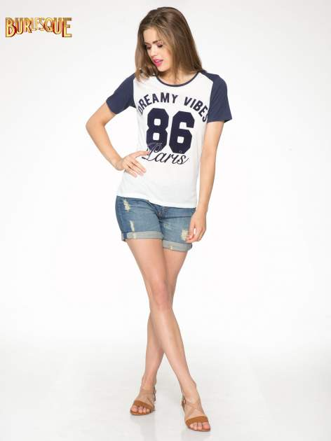 Ecru-granatowy t-shirt z napisem DREAMY VIBES 86 PARIS                                  zdj.                                  2