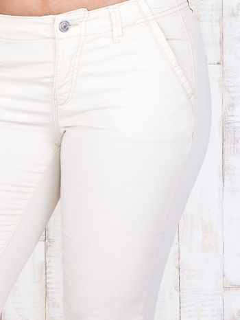 Ecru materiałowe spodnie z przednimi kieszeniami PLUS SIZE                                  zdj.                                  4