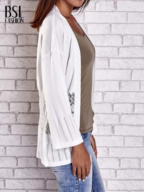 Ecru niezapinany sweter z ażurowym dołem i rękawami                                  zdj.                                  5