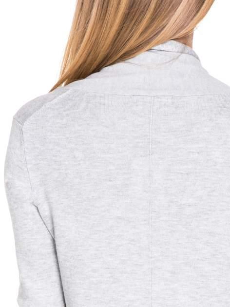 Ecru otwarty sweter narzutka z dłuższym tyłem                                  zdj.                                  6