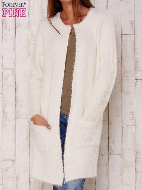 Ecru puszysty sweter z otwartym dekoltem                                  zdj.                                  1