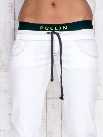 Ecru spodnie z zieloną gumką w pasie PLUS SIZE                                  zdj.                                  4