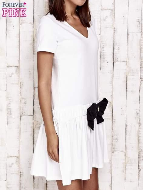 Ecru sukienka dresowa z kokardą z przodu                                  zdj.                                  3