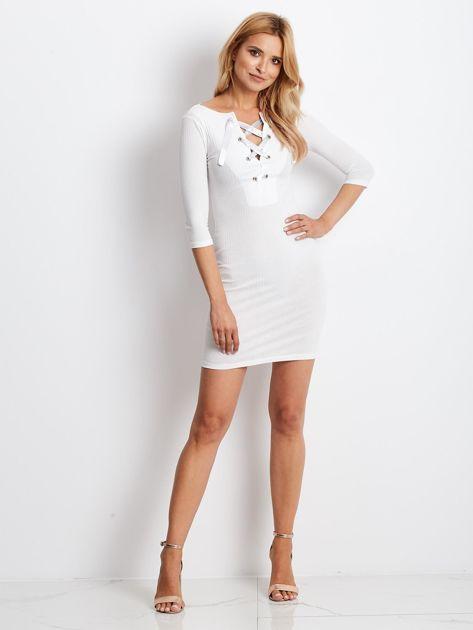 Ecru sukienka w prążek z dekoltem lace up                              zdj.                              3