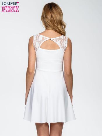 Ecru sukienka z koronkowym wykończeniem i dekoltem na plecach                                  zdj.                                  4