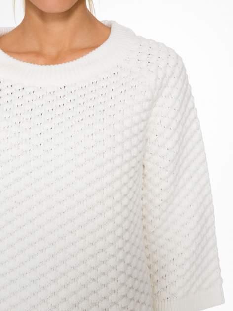 Ecru sweter o bąbelkowej fakturze                                  zdj.                                  5