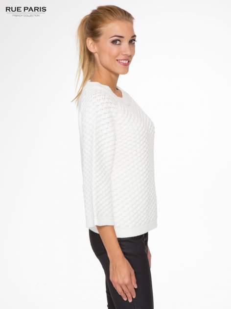 Ecru sweter o bąbelkowej fakturze                                  zdj.                                  3