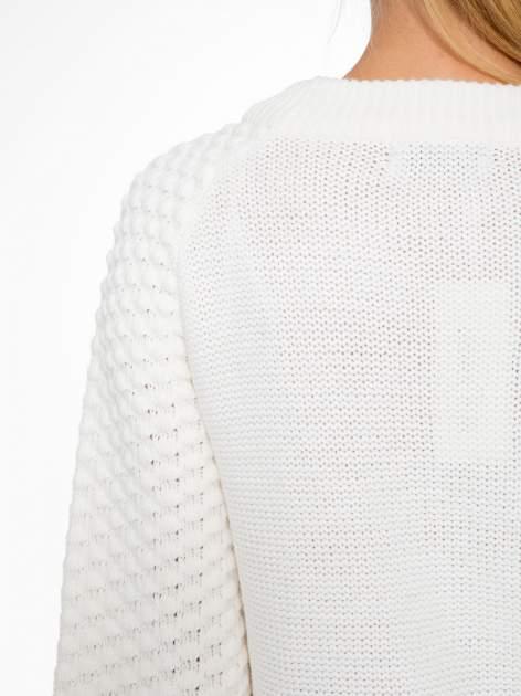 Ecru sweter o bąbelkowej fakturze                                  zdj.                                  7