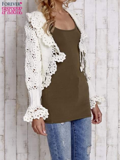 Ecru sweter o szerokim splocie z wiązaniem                                  zdj.                                  5