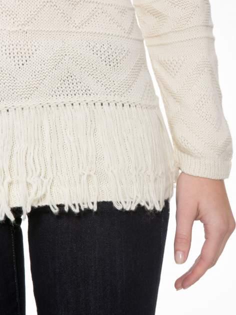 Ecru sweter w azteckie wzory z frędzlami na dole                                  zdj.                                  6