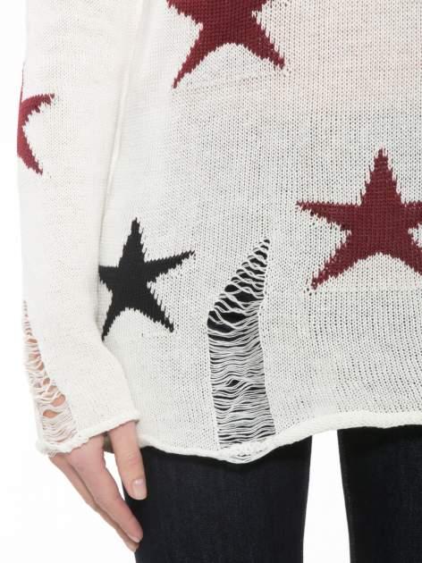 Ecru sweter w gwiazdy z efektem destroyed                                  zdj.                                  6