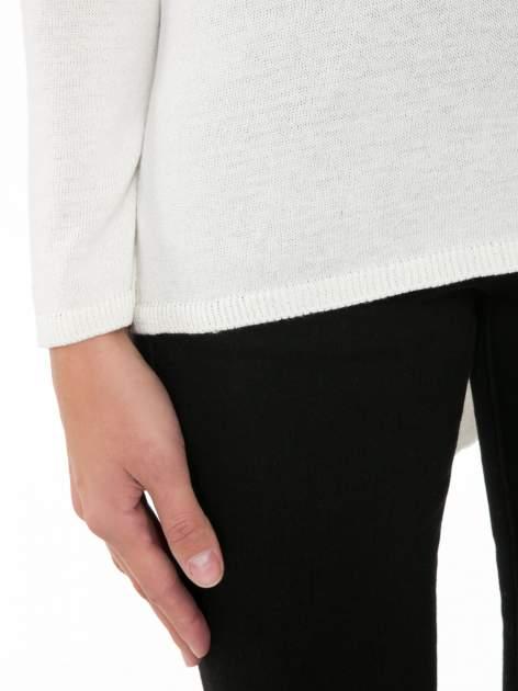 Ecru sweter z frędzlami przy ramionach i dekoltem na plecach                                  zdj.                                  8