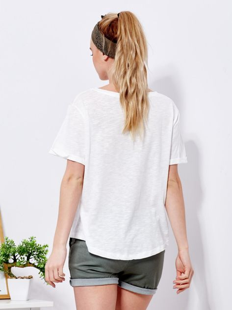 Ecru t-shirt basic z podwijanymi rękawami                              zdj.                              2